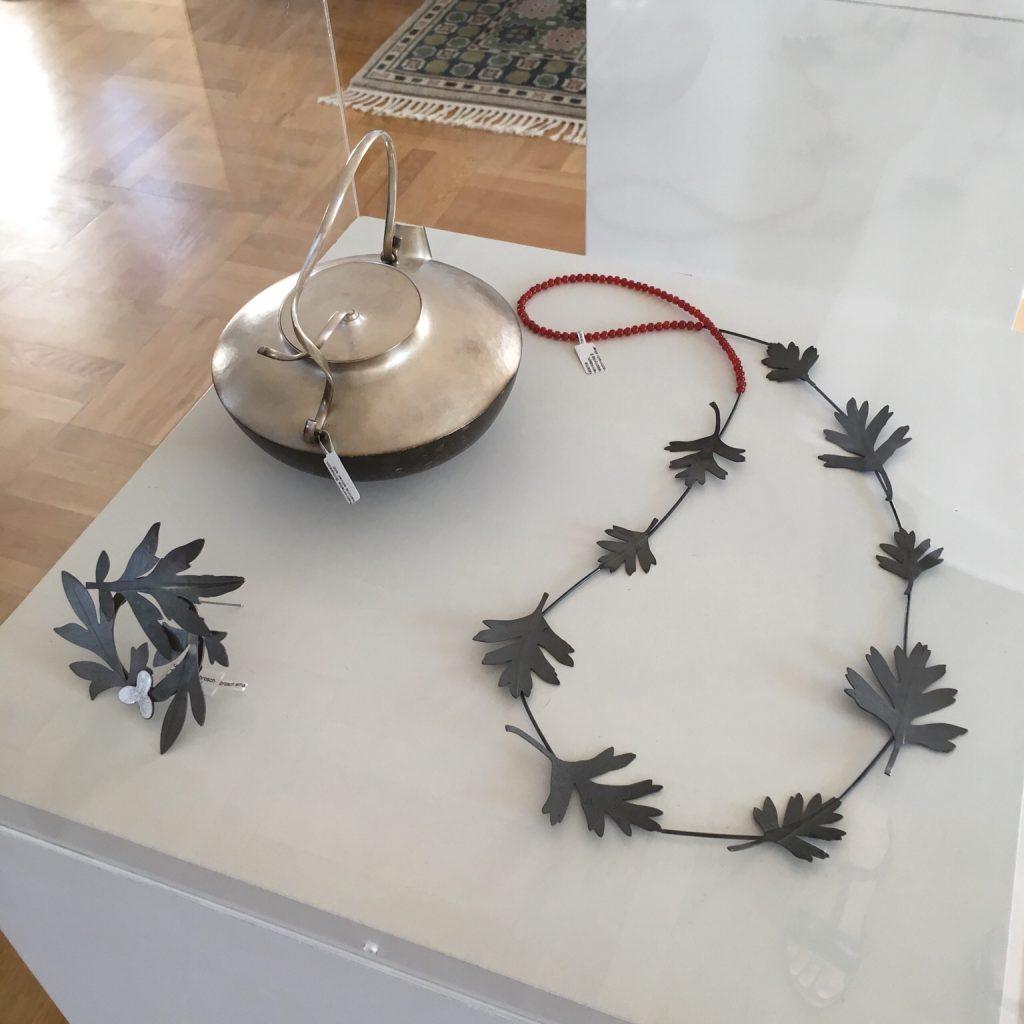Från utställningen i Båstad. Mina smycken i monter med Petronella Erikssons kanna